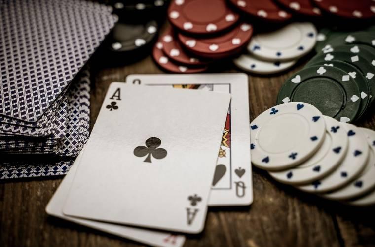 Pokerikortit ja pelimerkit